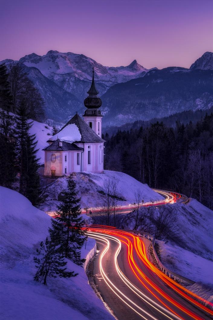 maria gern, langzeitbelichtung, berchtesgaden, bayern, deutschland, nationalpark, kirche, lichtstreifen, auto, watzmann, sonnenuntergang, blaue stunde, straße, schnee, winter