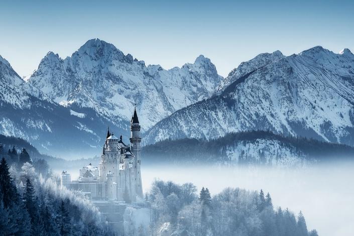 schloss neuschwanstein, hohenschwangau, bayern, schwangau, nebel, morgen, sonnenaufgang, aussicht, berge, alpen, blauer himmel, winter, dunst, neblig, schnee