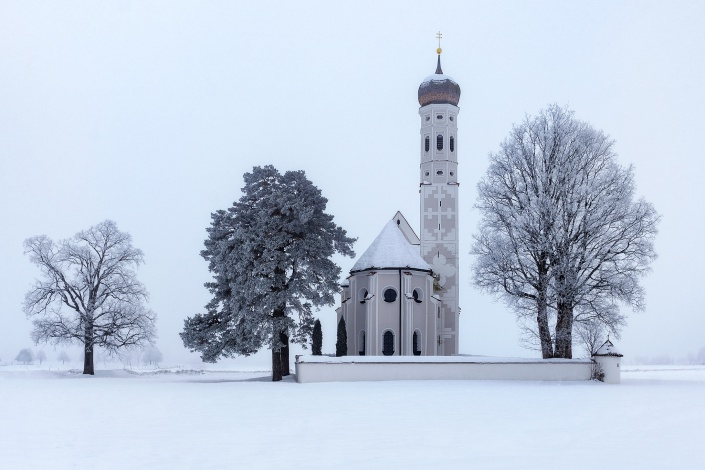 st. coloman, wallfahrtskirche, kirche, frühling, schwangau, hohenschwangau, wiese, blumen, blüten, gras, wiese, baum, blauer himmel, morgen, alpen, aussicht, berge, nebel, neblig
