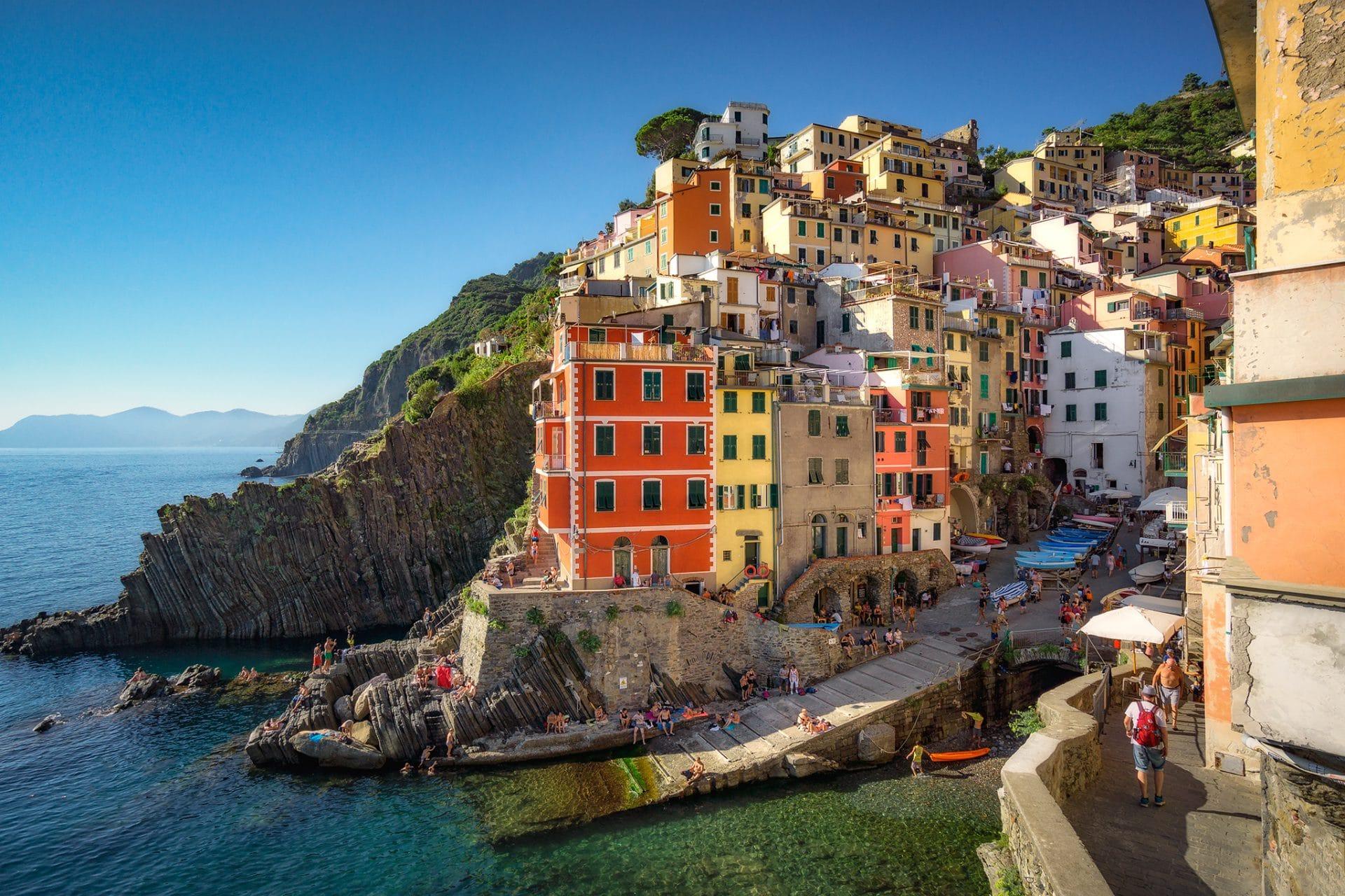 Ausblick auf die mehrstöckigen Häuser von Riomaggiore.